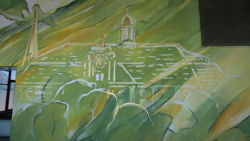 Unter anderem mit neuen Wandmalereien, hier ist das Rathaus der Kurstadt zu sehen.