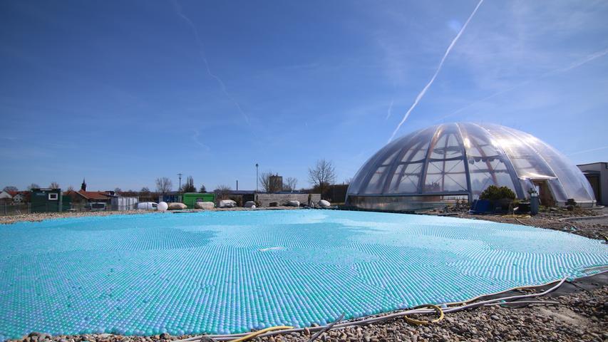 Der Außenbereich des Salzsees ist noch mit blauen Bällchen bedeckt im Wintermodus.