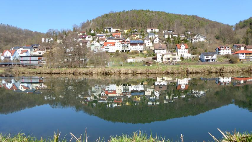 """Unser Leser Norbert Haselbauer aus Kirchehrenbach fotografiert leidenschaftlich gern seinen Hausberg, das Walberla. Diesmal allerdings wagte er sich im Wiesenttal weiter flussaufwärts – und schickte uns eine wunderschöne Aufnahme vom """"doppelten"""" Muggendorf."""