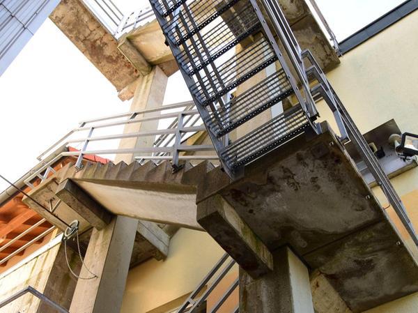 Der Treppenturm zeigt den Sanierungsbedarf am deutlichsten auf: Durch Erosion und Wettereinflüsse ist der Beton mittlerweile in einem sehr schlechten Zustand.