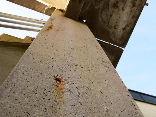 Vereinzelt zeichnet sich das stählerne Gerüst der Treppe bereits schachbrettartig auf dem Beton ab (oben im Bild).