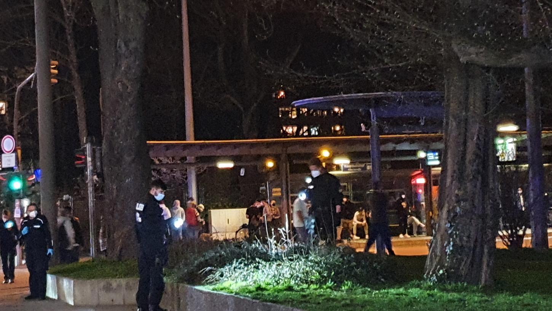 Polizisten suchen mit Taschenlampen am Busbahnhof nach Spuren. Kurz zuvor hatte nach Angaben der Polizei ein 42-Jähriger mit einem Messer einen 25-Jährigen attackiert, als dieser bei einem Streit schlichten wollte.