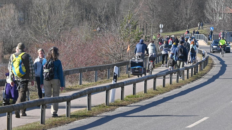 Schon Ende Februar lockte die Sonne viele Ausflügler zum Rothsee, hier die Straße über den Damm. Während andernorts Besucherströme gelenkt werden sollen, glaubt man im Seenland gut gerüstet zu sein und setzt auf die Vernunft der Bürger.