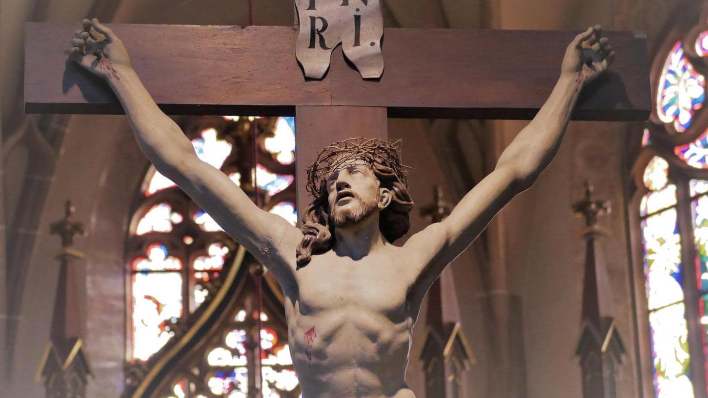 Die Christusfigur in der Stadtkirche St. Marien mit dem Osterblick – himmelwärts.