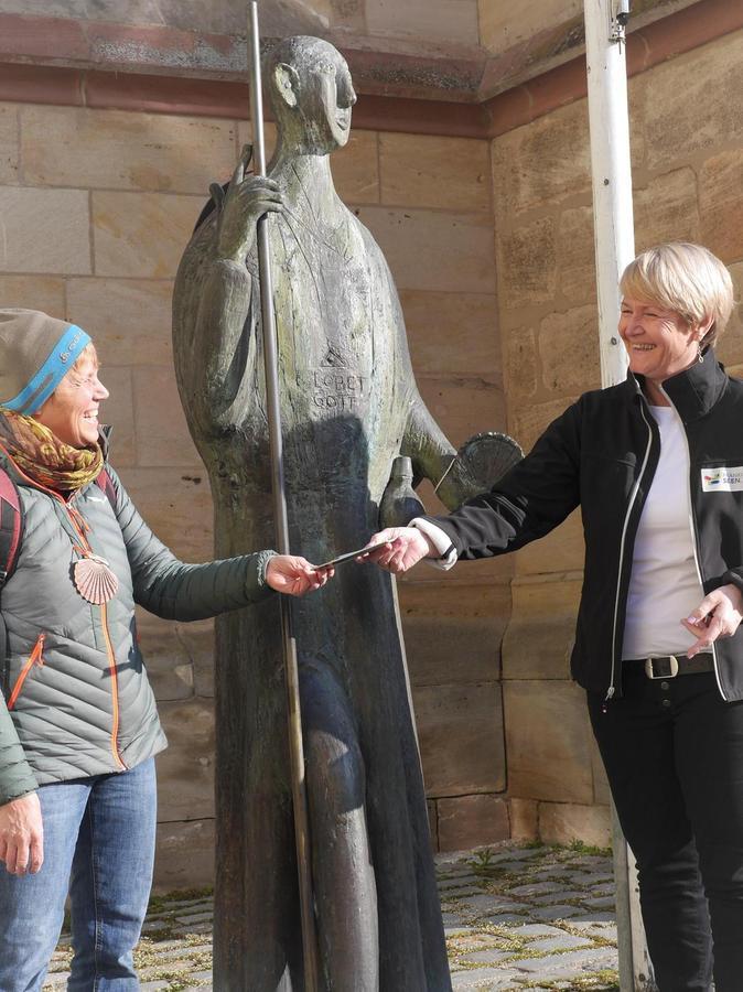 Karolin Hofmann hat mir die Pilgerwege-Broschüre mitgebracht. Sie hat die Route des Pilgerdreiecks Nürnberg – Oettingen – Eichstätt mitgestaltet.