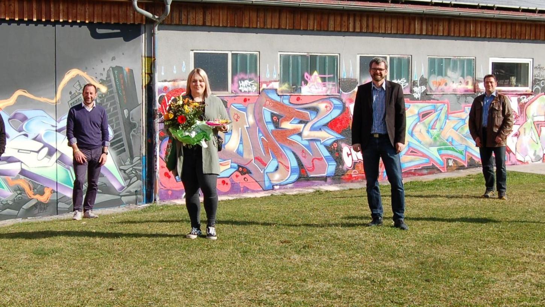 Katarina Stein (mit Blumenstrauß) ist als Jugendpflegerin beim Kreisjugendring Neumarkt angestellt und packt in Postbauer-Heng sowie Pyrbaum mit an.