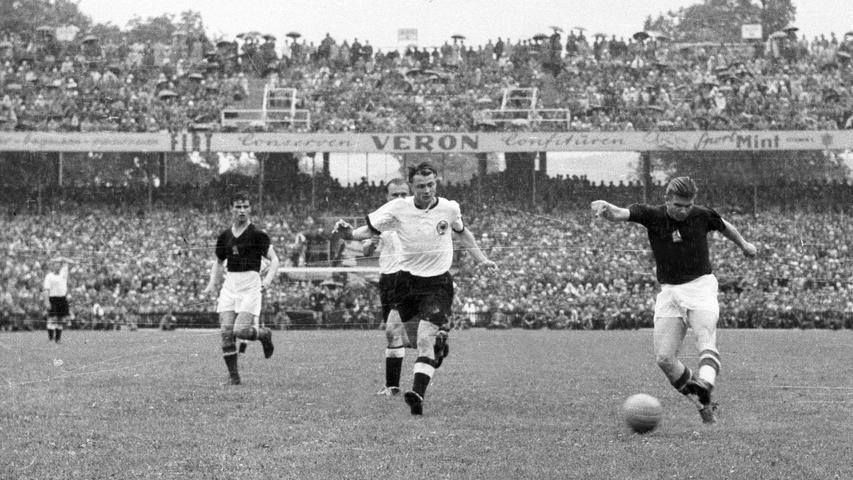 """L wie Legenden. Davon hat Ungarn eine der größten: Ferenc Puskas (re.), womit wir im Fach Geschichte angekommen sind. """"Wunderelf"""" nannte man die ungarische Nationalelf Anfang der 1950-er, vor allem wegen eines historischen 6:3-Siegs gegen England in Wembley. Das war zuvor noch keiner Mannschaft vom Kontinent gelungen. Das """"Wunder von Bern"""" dagegen schaffte nicht Puskas, sondern Rahn und Morlock - was das damalige kommunistische Regime in Budapest so gar nicht witzig fand. Torhüter Gyula Grosics wurde sogar wegen Landesverrats verhaftet, später freigesprochen, aber in einen Provinzverein verbannt. Ferenc Puskas und seine Stürmerkollegen Zoltan Czibor und Sandor Kocsis gingen sicherheitshalber andere Wege, nutzten ein Auswärtsspiel in Spanien zur Flucht und machten bei Real und Barca Karriere."""