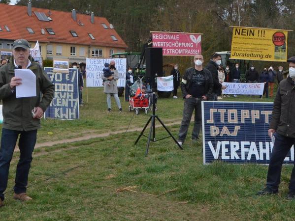 Manfred Thümler (links) hat die Demo spontan organisiert. Er warf Tennet ein falsches Spiel mit den Bürgern vor.