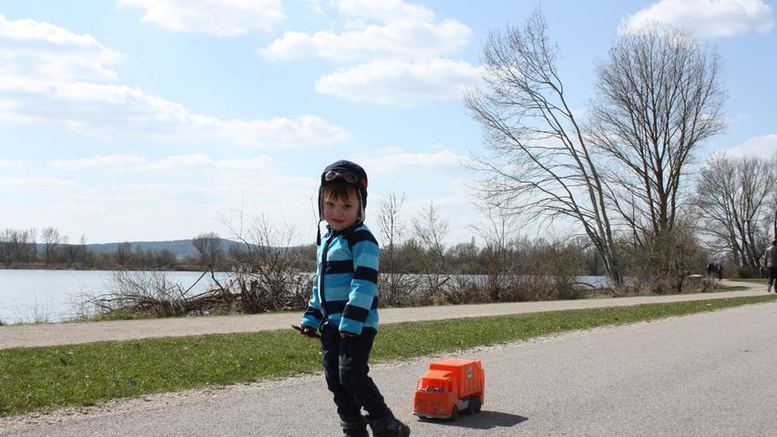 FOTO: 5.4.2021; Marianne Natalis MOTIV: Ostersonntag am Altmühlsee; Gunzenhausen; Kind mit Spielzeug-Mülllaster