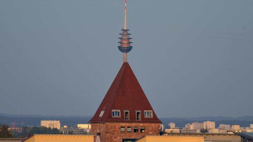 Der ehemalige Eingangsturm der Pinder Barracks (jetzt Pinderpark) in Zirndorf, in dessen Verlängerung sich der Nürnberger Fernmeldeturm in neuer Konstellation zeigt. Aufgenommenauf einem Hügel westlich von Zirndorf.