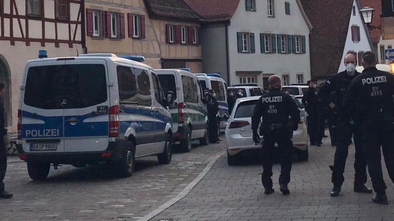 """Großeinsatz in der Weißenburger Judengasse: Dort war die Polizei am Samstag mit mehreren Mannschaftsbussen und 25 Beamten angerückt, um einen """"Dämmerschoppen"""" aufzulösen. Der Wirt einer Kneipe hatte Getränke to go angeboten und die Kunden waren vor Ort stehen geblieben."""
