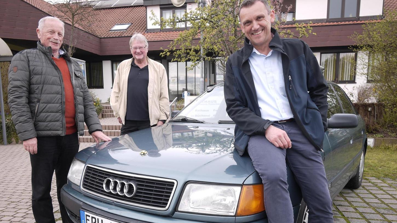 Dienstjubiläum 2016 auf dem Parkplatz in Röttenbach: In 25 Jahren hat der Audi drei Bürgermeister transportiert, Hans Mitschke, davor Karl-Heinz Seitz und heute Ludwig Wahl (v. l.). Jetzt genießt der Wagen seinen Ruhestand bei einem Oldtimer-Sammler.