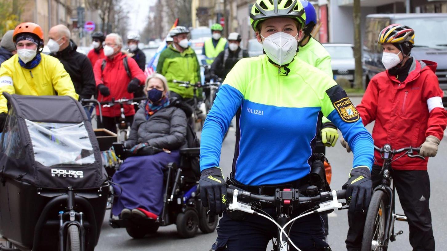Erstmals im Einsatz: Die Polizei begleitete die Demonstrierenden auf ihrem Weg nach Nürnberg mit eigenen Dienstfahrrädern und in neuer Radlermontur.