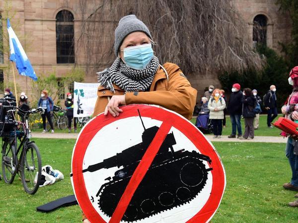 Klare Ansage: Die Kundgebungsteilnehmer forderten unter anderem den sofortigen Rüstungsstopp. Jeder Euro, der beim Militär gespart werde, sei gut für die Umwelt.