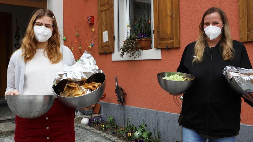 So lecker kann ein Fastenessen sein: Lea (links) und Nicole Seubert freuen sich auf ihre Karpfen, die sie im Straßenverkauf geordert haben.