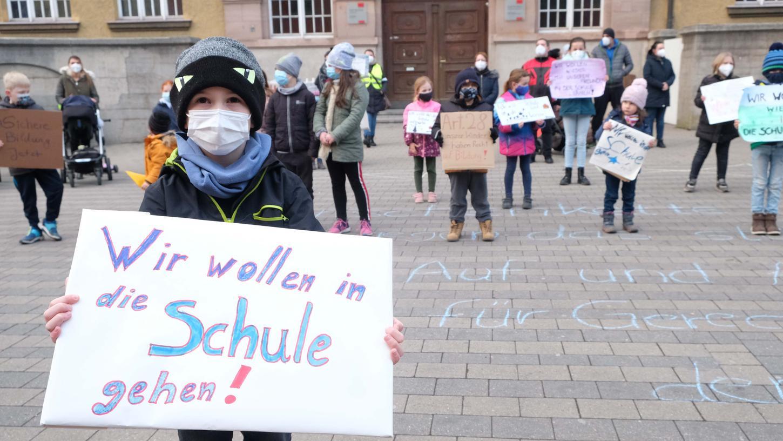 Eltern und Kinder demonstrierten schon vor den Osterferien gemeinsam, wie hier vor der Sperberschule in Nürnberg, für eine Öffnung der Schulen.