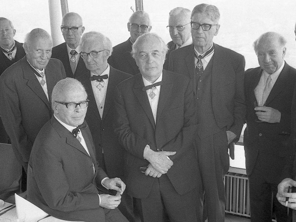 Von links die Professoren Kurt Bittel (1 – neuer Kanzler des Ordens und Archäologe aus Berlin), Hans Wimmer (2 – Maler und Bildhauer), Hans Rothfels (3 – Historiker), Karl Ziegler (4 – Chemiker), Hans Kienle (5 – Astronom), Adolf Butenandt (6 – Präsident der Max-Planck-Gesellschaft), Wolfgang Schadewaldt (7 – Klassische Philologie), Gerhard von Rath (8 – Theologie), Theodor Eschenburg (9 – Politologe), Werner Heisenberg (10 – Physiker), Walter Gerlach (11 – Physiker), Franz Wienacker (12 – Jurist) und Rudolf Hillebrecht (13).