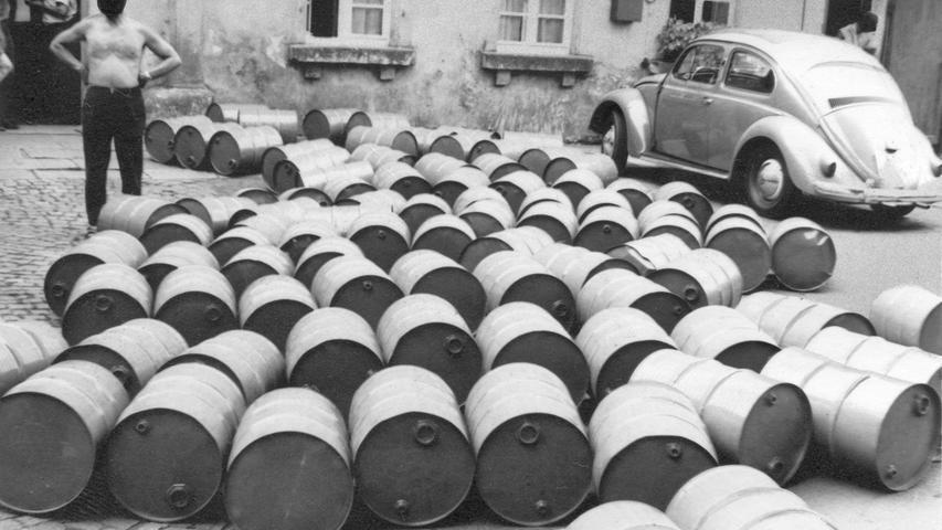 In 200 Fässern, die als Leergut deklariert waren, wurden 10.000 Liter 97prozentiger Alkohol aus der DDR nach Nürnberg geschmuggelt. Die Zollfahnder beschlagnahmten die gesamte Ladung. Hier geht es zum Artikel vom 8. April 1971:80 Kilo Sprengstoff in Pkw-Türen