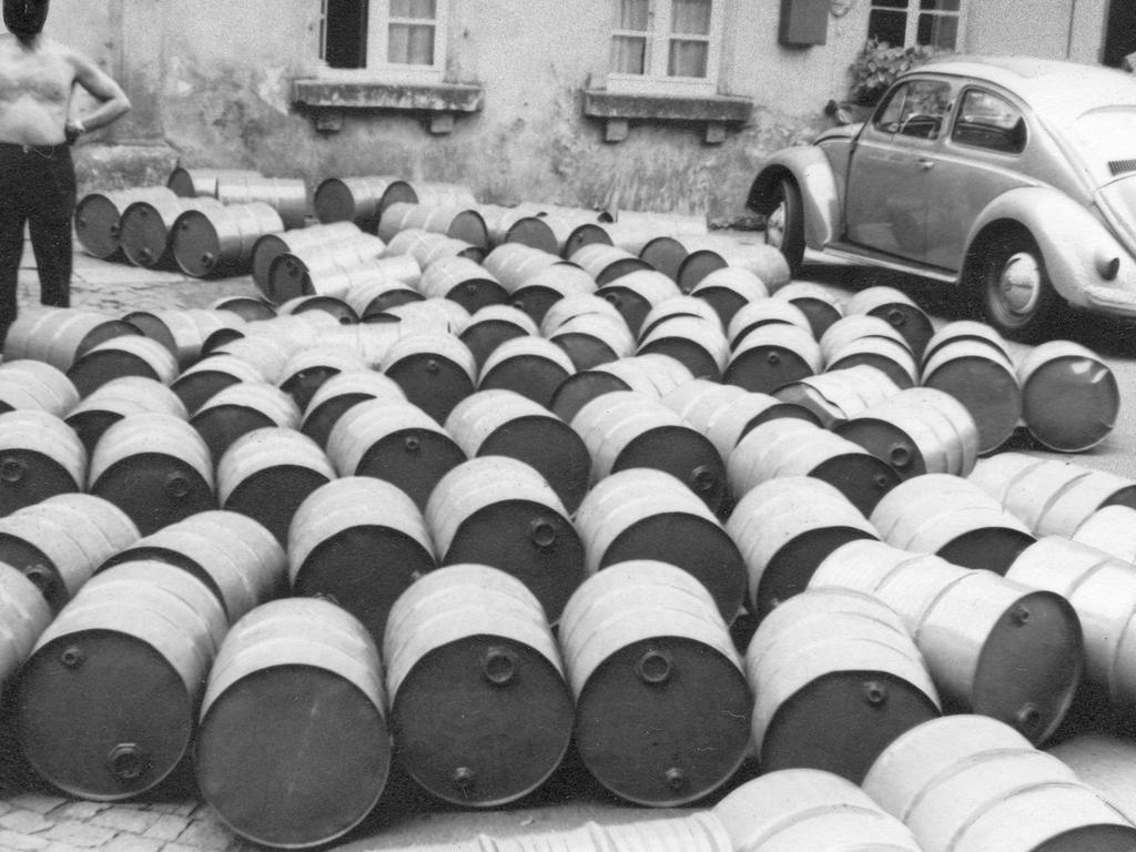 In 200 Fässern, die als Leergut deklariert waren, wurden 10 000 Liter 97prozentiger Alkohol aus der DDR nach Nürnberg geschmuggelt. Die Zollfahnder beschlagnahmten die gesamte Ladung.