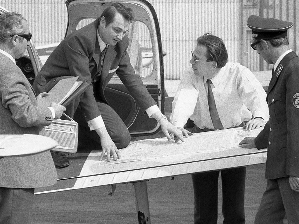 Vor dem Start ein Blick auf die Karte: Hansferdinand Hofmann und Michael Herbst vom ADAC, Pilot Erich Bumiller und Polizeiamtsrat Johann Petraschek (von links).