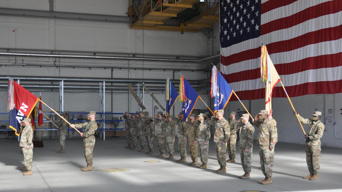 Die Flaggen der 101st CAB werden eingerollt und durch die der 1st CAB ersetzt.