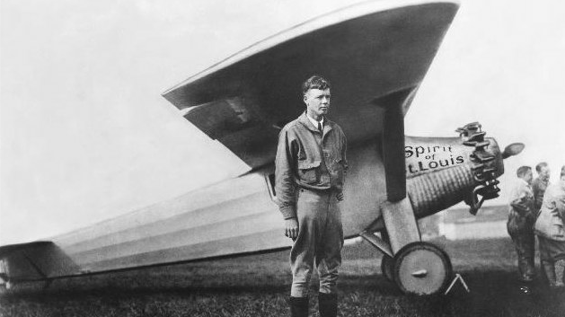Was dieser junge Mann mit dem Unternehmen Schaeffler zu tun hat? Eine ganze Menge. Das ist Charles Lindbergh. Erabsolvierte seinen spektakulären Transatlantikflug 1927 in einer Maschine, die mit Lagern von Schaeffler ausgerüstet war. Der US-amerikanische Pilot überquerte von Paris nach New York alleine den Atlantik. Später schrieb er Bücher über seine Abenteuer - und erhielt den Pulitzer-Preis.