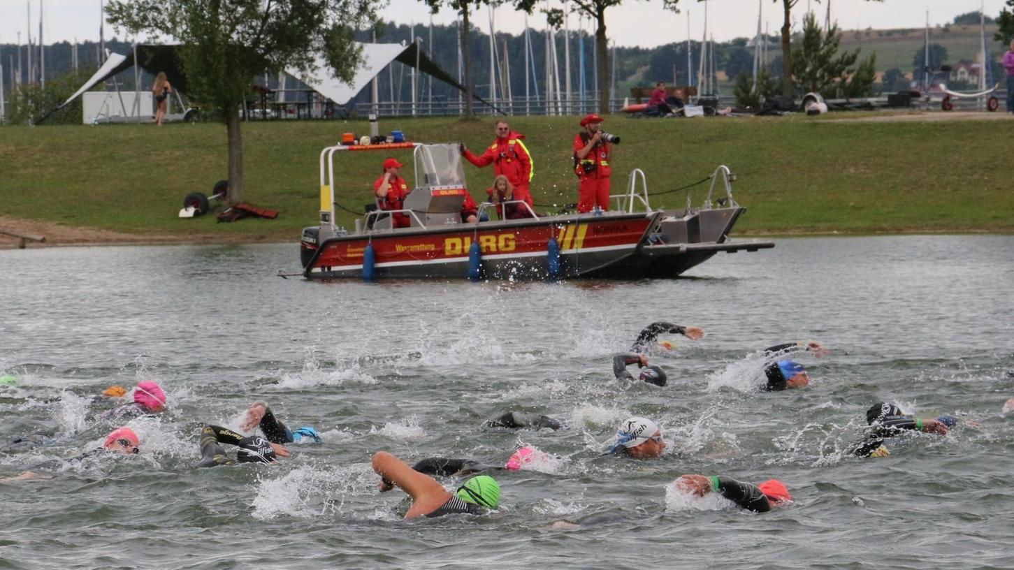 Nach solchen Wettkampf-Fotos sehnen sich viele Sportlerinnen und Sportler förmlich, doch leider handelt es sich nur um ein Archivbild vom Brombachseeschwimmen, das heuer erneut ausfallen muss.