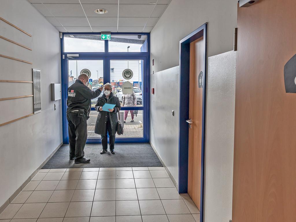 Im Impfzentrum Höchstadt wird Sicherheit großgeschrieben: Am Eingang wird die Temperatur der Impfwilligen gemessen.