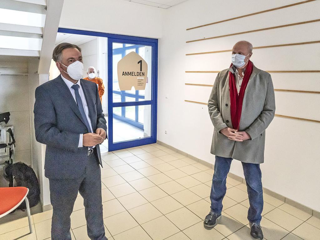 RESSORT: Nordbayerische Landrat Alexander Tritthart (li.) und Höchstadts Bürgermeister Gerald Brehm informierten sich vor Ort über den Impfstart.