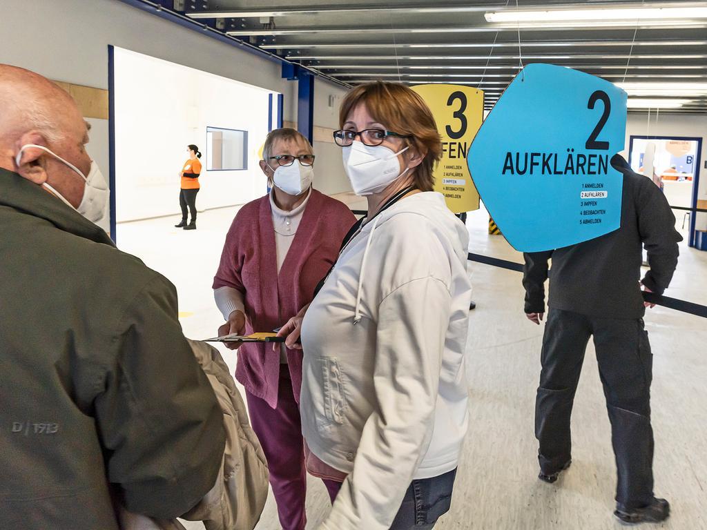 Das Helferteam im Impfzentrum Höchstadt berät auch Besucherinnen und Besucher.