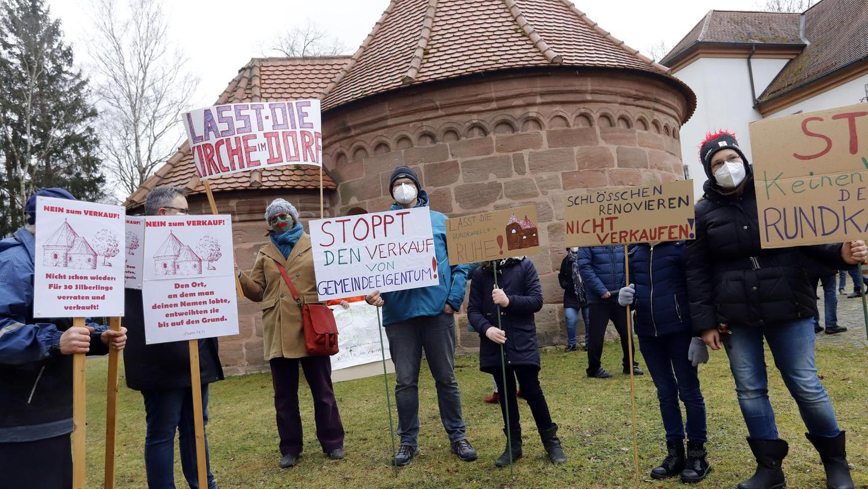 Bei einer kurzfristig angesetzten Demonstration erschienen rund 400 Teilnehmer auf dem Kapellenplatz.
