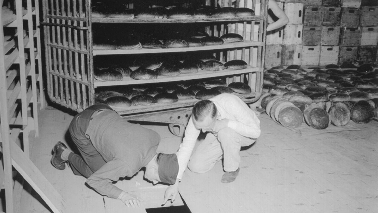 In der Konsum-Bäckerei am Schleifweg wurden die Brote mit Arsen bestrichen. Ein US-Leutnant (links) und ein deutscher Kriminalbeamter inspizieren die Bäckerei.
