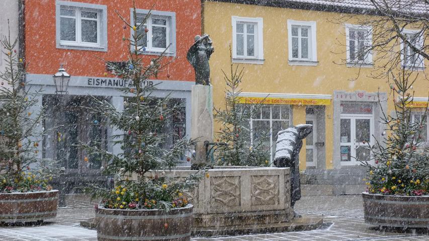 Weiße Osterzeit in Ebermannstadt: die Brunnen am Marktplatz und der Brunnen am Rathaus sind von österlichem Schmuck umgeben. Dann hat sich die Stadt kurz in weiß gekleidet und zeigt sich für die Osterzeit in ungewohntem Bild: Frühlingsflair und Schneetreiben, schreibt die Touristinformation Ebermannstadt.