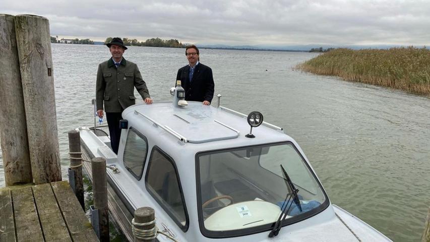Hubert Aiwanger posiert im Oktober 2020 gemeinsam mit Armin Krämmer (Freie Wähler), Bürgermeister der Gemeinde Chiemsee, auf dessen Boot.
