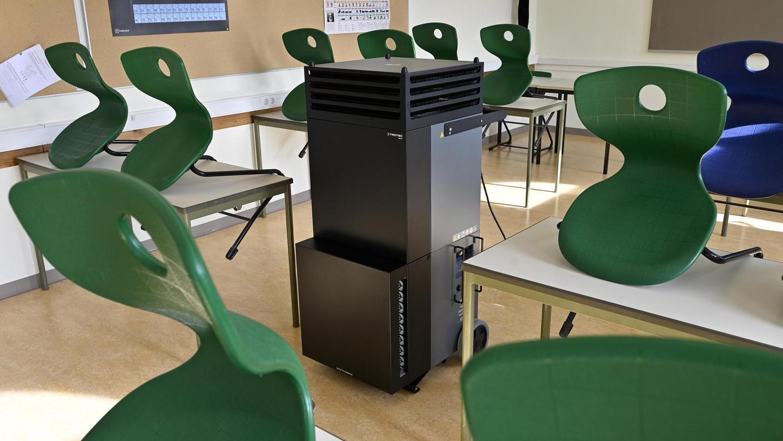 Solche Luftreinigungsgeräte (wie hier in einem Klassenzimmer in Erlangen) wird es in den städtischen Schulen in Weißenburg nicht geben. Der Stadtrat kam zum Schluss, dass eine Anschaffung nicht viel bringe und hohe Kosten verursachen würde.