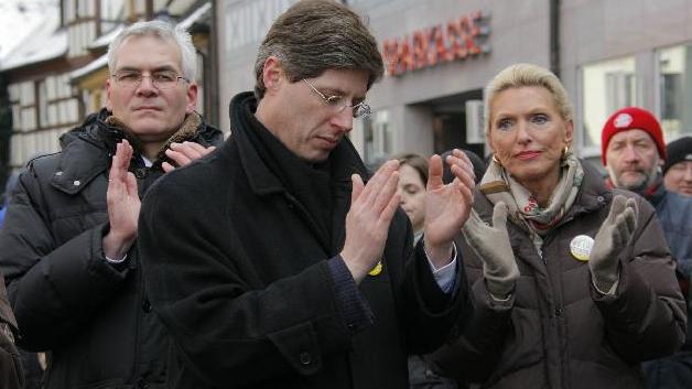 Dass Schaeffler wirtschaftlich angeschlagen ist, haben Sie sicherlich in denNürnberger Nachrichten oder auf nordbayern.de bereits oft gelesen. Geplanter Stellenabbausorgtbei den Beschäftigten immer wieder für Sorgen -Kundgebungensind die Folge. Aber, wussten Sie auch das? Schon 2009 demonstrierten in Herzogenaurachrund 8000 Menschenfür staatliche Hilfen für den Autozulieferer. Milliardärin Maria-Elisabeth Schaeffler war vor Ort. Statt Pfeifen und Buh-Rufe zeigten sich viele Demonstranten solidarisch. Und die Unternehmerin? War zu Tränen gerührt. Die Bilder der weinenden Maria im Kreise derSchaefflerianer wanderten damals durch die ganze deutsche Medienlandschaft.
