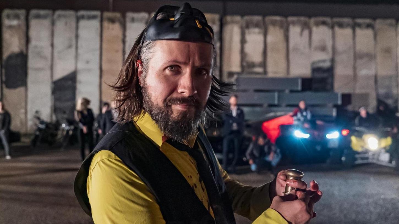 """David O. Riedel spricht als Dr. de Masi am Nürnberger Hafen zu den Gangs der Stadt. Er spielt im Film """"Macho Man 3"""" den Bösewicht."""