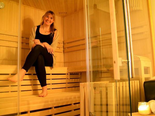 """Nadine Hemme hat eigentlich Baby-Sauna und -Schwimmkurse im Königsbad organisiert. Als das wegen Corona nicht mehr möglich war, eröffnete sie ihren """"Baby Spa""""."""