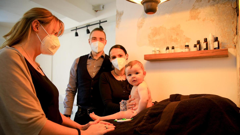 """Nadine Hemme (l.) begrüßt die kleine Amelie (neun Monate) mit ihren Eltern Bettina und Andreas Lindenberger im Pretzfelder """"Baby Spa""""."""