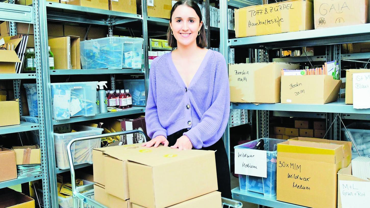 Gründerin Jessica Könnecke im Lager in der Schwabacher Straße. Von hier aus werden nachhaltige Produkte nach ganz Deutschland und nach Europa, vor allem Österreich, verschickt.