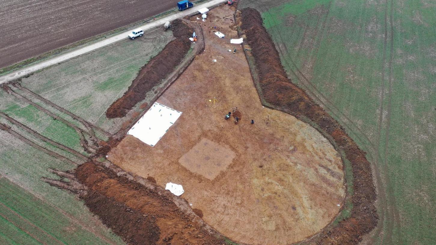Bei der Zufahrt (oben) entdeckten die Archäologen eine Kreisgrabenanlage.