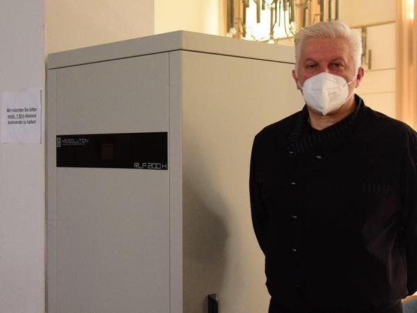 Aktuell steht Ioannis Avgoustis Luftfilter – mangels Verwendungszweck – in der Stadthalle. Dort reinigt er die Luft bei den Stadtratssitzungen.