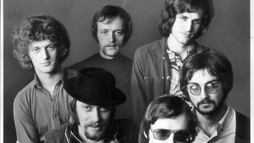 """Melodisch schlägt der Kuckuck, Markenzeichen der Schallplattenfirma, am Ende der neuen LP der Nürnberger Gruppe """"Ihre Kinder"""" zum Zeichen, daß er wieder ein unausgebrütetes Pop-Ei gelegt hat. Hier geht es zum Artikel:12. April 1971: Suche nach dem deutschen Blues."""