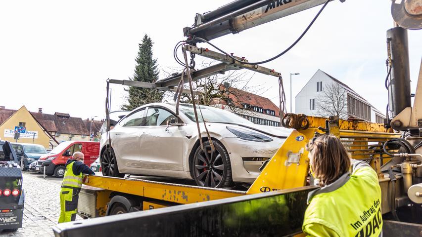 Unfall in Lauf: Tesla fährt in Modegeschäft