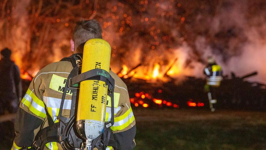 Feuerwehr bekämpft meterhohe Flammen bei Deining