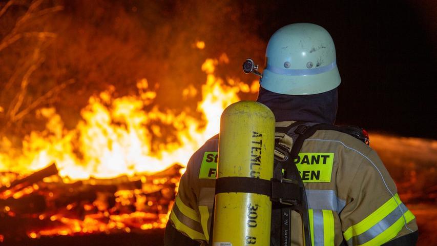Am Freitagabend, 9. April, ist eine große Menge Holz zwischen Deining und  Leutenbach in Brand geraten. Die Polizei war die ganze Nacht mit den  Löscharbeiten beschäftigt.
