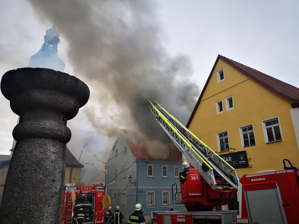 Am Samstagmorgen (10.04.2021) wurden mehrere Feuerwehren zu einem Großbrand in die Neue Gasse nach Uffenheim im LandkreisLandkreis Neustadt an der Aisch-Bad Windsheim alarmiert. Das Gebäude sowie der Dachstuhl standen in Vollbrand. Es mussten weitere Feuerwehren zur Unterstützung nachalarmiert werden. Wie es zu dem Brand kam, ist derzeit noch völlig unklar. Beim Eintreffen der Einsatzkräfte befanden sich keine Personen mehr im Gebäude. Foto: NEWS5 / Wohlgemuth Weitere Informationen... https://www.news5.de/news/news/read/20600