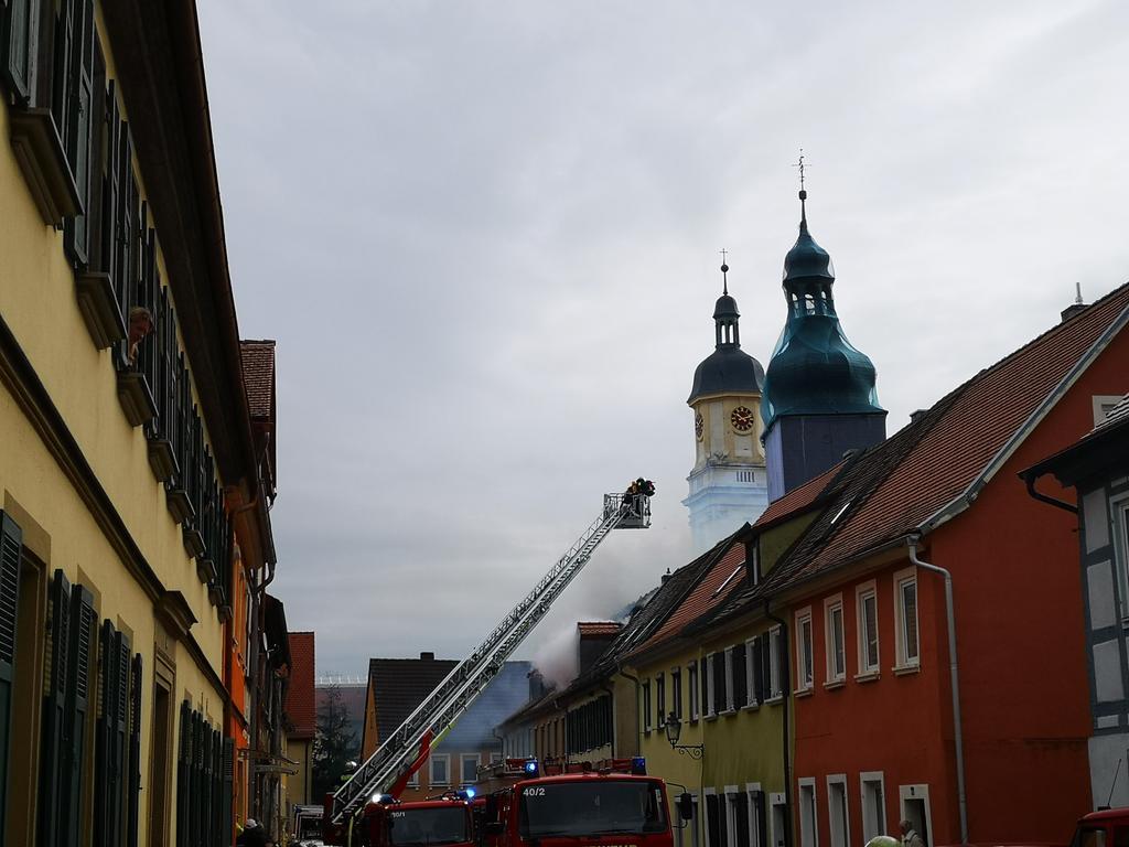 Am Samstagmorgen (10.04.2021) wurden mehrere Feuerwehren zu einem Großbrand in die Neue Gasse nach Uffenheim im LandkreisLandkreis Neustadt an der Aisch-Bad Windsheim alarmiert. Das Gebäude sowie der Dachstuhl standen in Vollbrand. Die Flammen griffen auch auf zwei daneben stehende Gebäude über. Es mussten weitere Feuerwehren zur Unterstützung nachalarmiert werden. Wie es zu dem Brand kam, ist derzeit noch völlig unklar. Beim Eintreffen der Einsatzkräfte befanden sich keine Personen mehr im Gebäude. Verletzt wurde nach aktuellen Informationen niemand. Foto: NEWS5 / Wohlgemuth Weitere Informationen... https://www.news5.de/news/news/read/20600