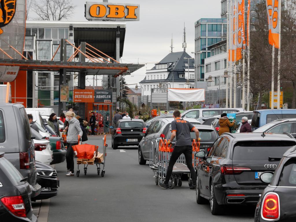 Nürnberg , am  10.04.2021 Ressort: Lokales Foto: Stefan Hippel  Regensburger Straße, Am Montag weitere Verschärfungen der Coronamaßnahmen, Andrang beim OBI,