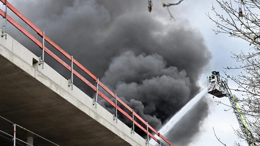 Feuerwehr im Einsatz: Erlanger Sporthalle in Flammen